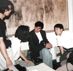在展会上与日本角王画廊负责人洽谈